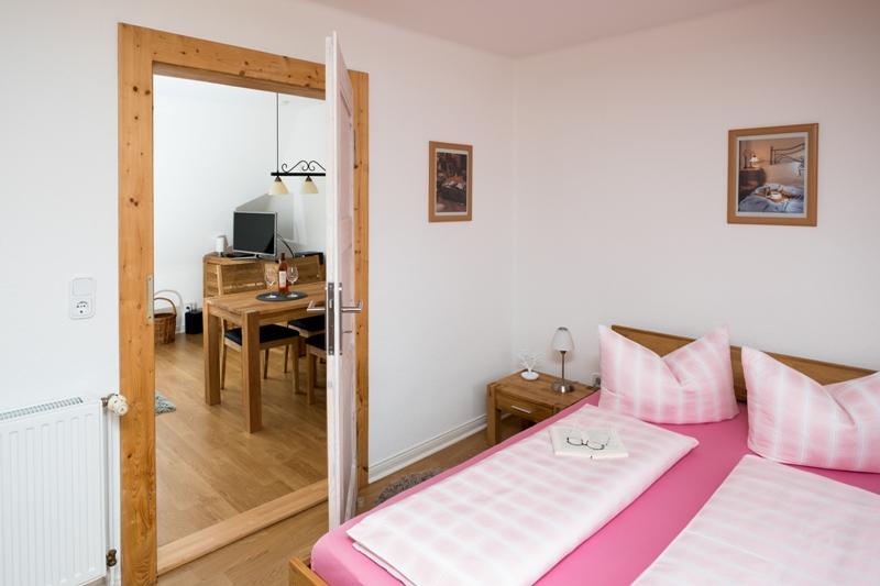 schlafen im wohnzimmer perfect bett im wohnzimmer integrieren raumteiler regal weis modern. Black Bedroom Furniture Sets. Home Design Ideas